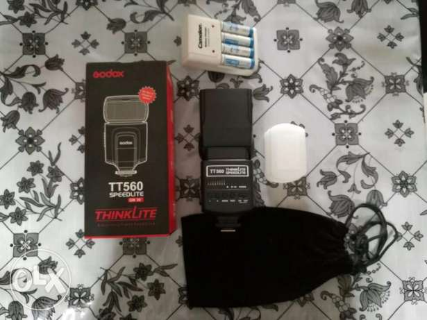 Godax flash TT 560 like new with 4 batteries and charger and diffuser