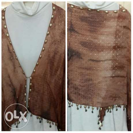 Brown scarf with small golden accessories