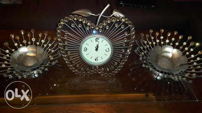 elegant decorative set of 2 plates and a clock