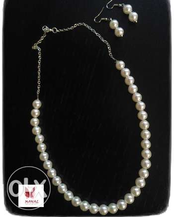 necklace and earring of white pearls