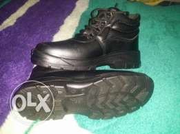 Safety shoes مقاس 42 جديدة
