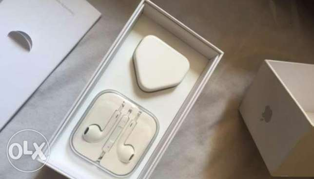 Iphone 5s charger and headphone