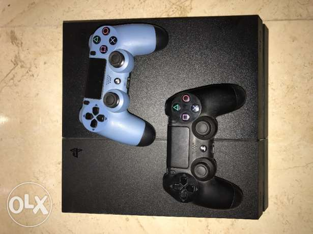 Ps4 500 GB with two controllers and fifa 15 CD