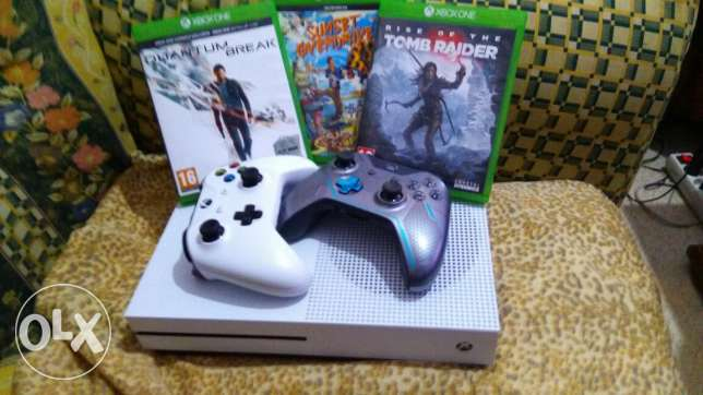 Xbox One S 1TB + 2 Controllers + 5 Games + Internal Batteries