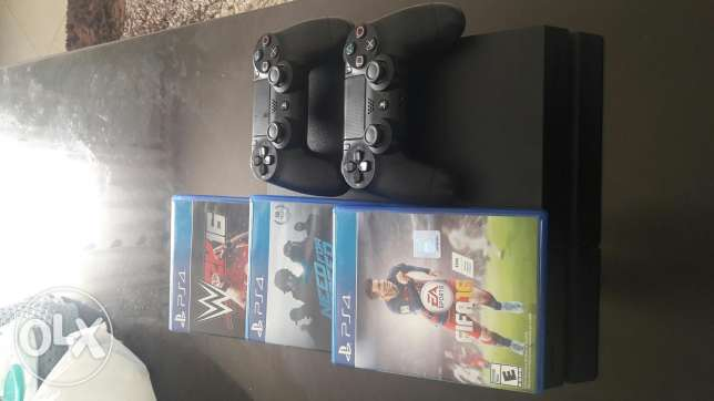 PS4 1TB + 2 Controllers