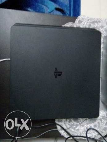 Ps4 slim 1 Tb with 2 controllers and 5 games