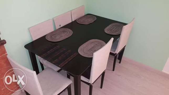 Dining table and 6 chairs in excellent condition!