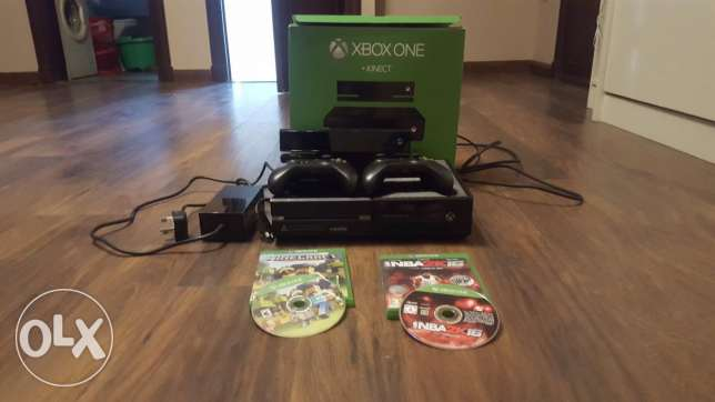xbox one kinect and 2 controllers