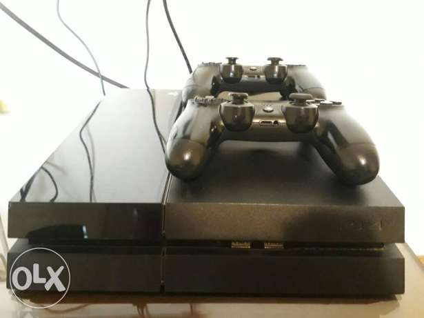 Ps4 + 3 games + 2 controllers